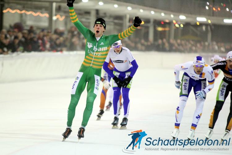 Bob de Vries komt juichend als winnaar over de streep.