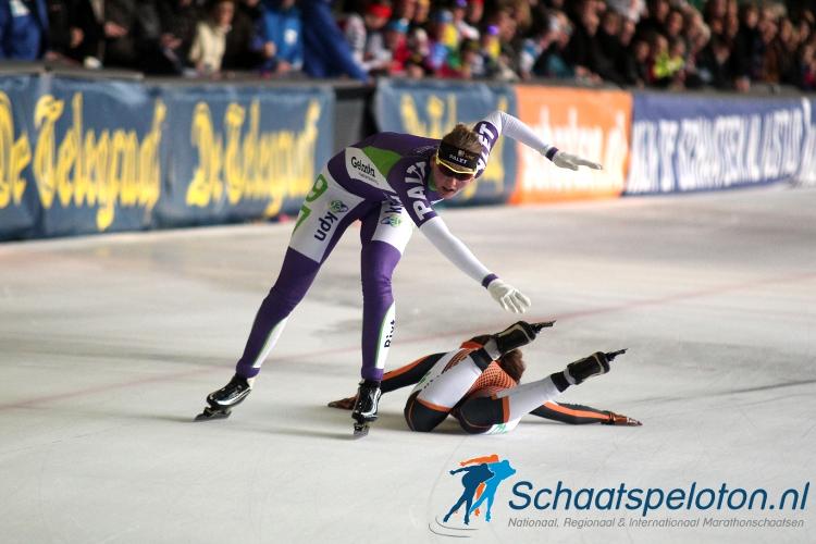 Lisanna Soemanta komt ten val en neemt in haar val Rixt Meijer mee. Soemanta wordt gedeklasseerd en Meijer is de nieuwe marathonkampioene van Nederland.