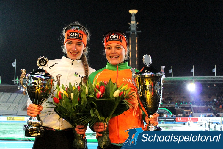 Ploeggenotes Lisa van der Geest (li.) en Mariska Huisman (re.) wonnen in het Olympisch Stadion respectievelijk de Witte en Oranje Trui.