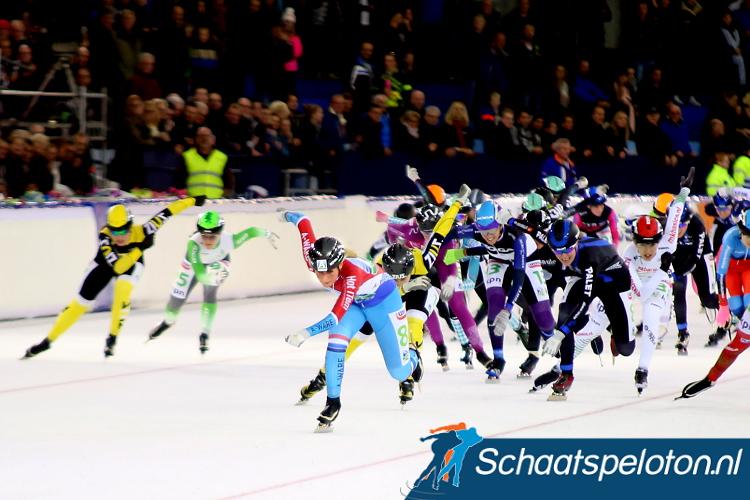 Irene Schouten legt het peloton in de sprint haar wil op.