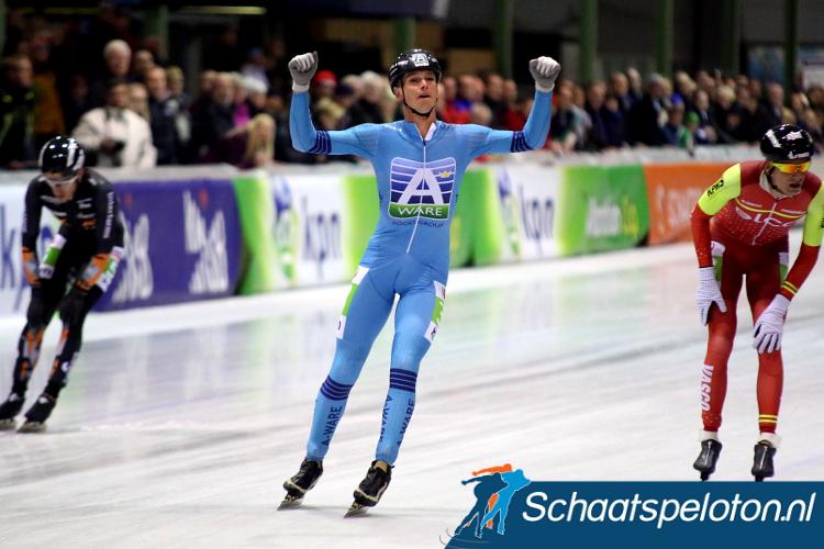 Simon Schouten won vorig seizoen in een sprint van een grote kopgroep.