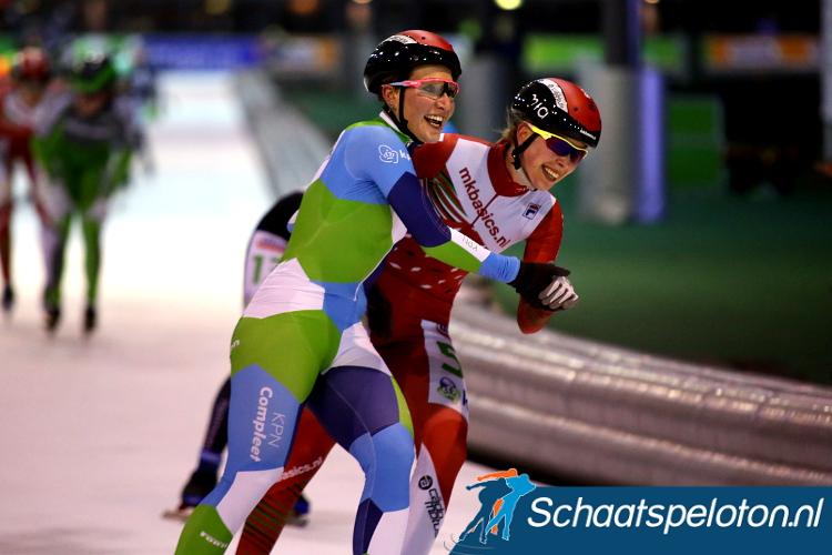 Francesca Lollobrigida en Iris van der Stelt vieren hun tweede een-tweetje op rij met een voorzichtige danspas na de finish.
