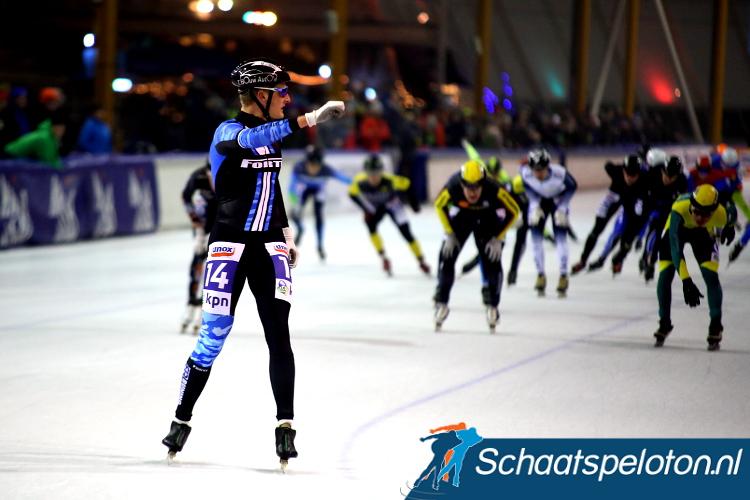 Chiel Smit snelt naar de winst, hij kan op de streep gerust omkijken naar het sprintende peloton.