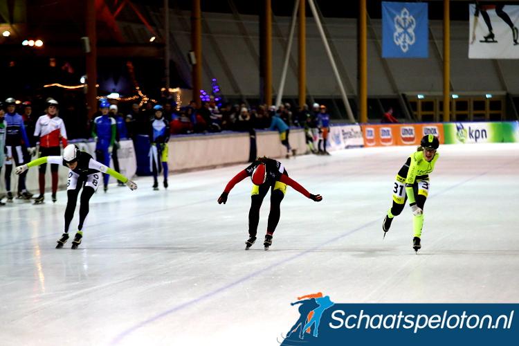 Melissa van Pierre (re.) wint de sprint om de zege van medevluchtsters Manon Gremmen (mi.) en Lianne Burger (re.) die twee en drie worden.