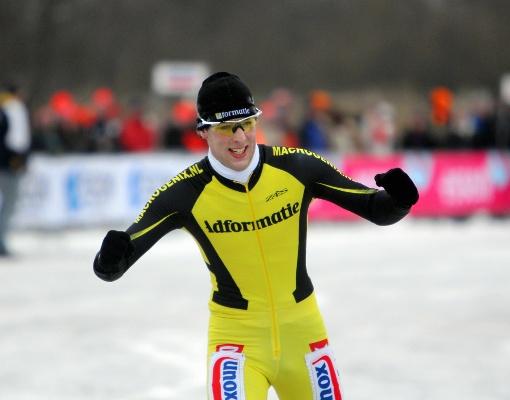 Ralf Zwitser wint hier nog in de kleuren van Adformatie de Ronde van Loosdrecht. Voor het volgende seizoen zal hij nu opzoek moeten naar een nieuwe ploeg.