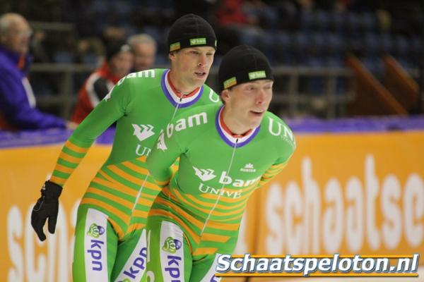 De overmacht van het BAM-Univé Schaatsteam in beeld. Winnaar Bob de Vries kan in de finale in alle rust achter ploeggenoot Jorrit Bergsma het beste moment afwachten om te gaan strijden voor een zege die sowieso binnen de ploeg blijft.