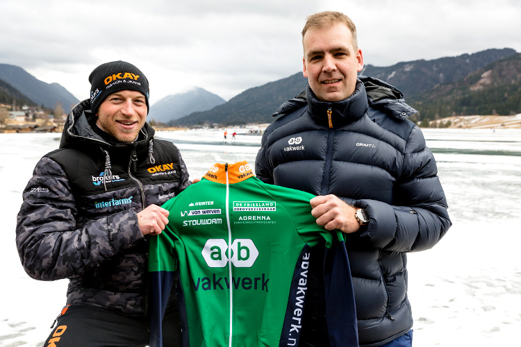 Frank Vreugdenhil en Aebe Aalberts (directeur bedrijfsvoering AB Vakwerk) met het shirt van AB Vakwerk bij de Weissensee.